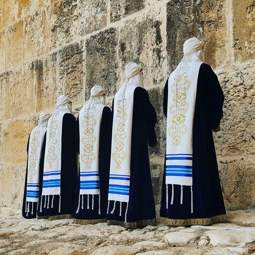 הלוויים - מתפללים בכותל